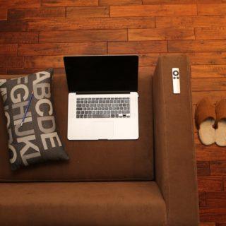 počítač na pohovce