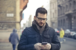 muž s mobilem