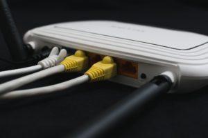 V kamenné prodejně se na internet obvykle připojujete přes Wi-Fi nebo přes kabel.