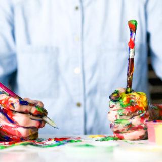 ušpiněné ruce od barev