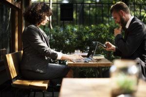 podnikatelé v kavárně
