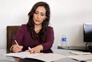 Žena papíruje.