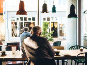 muž v kavárně