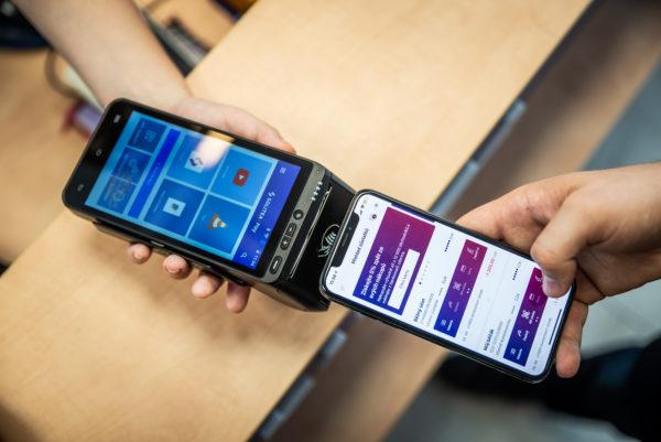 Platba mobilem na pokladně Smart 8 je jednoduchá.