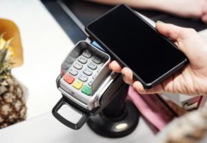 Platby mobilem jsou u Čechů čím dál tím oblíbenější.