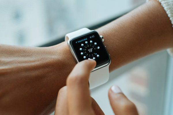 Chytré hodinky používají Češi i k placení.